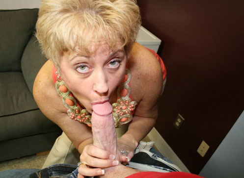 Mrs Tracy gave a blowjob to her daughters BF